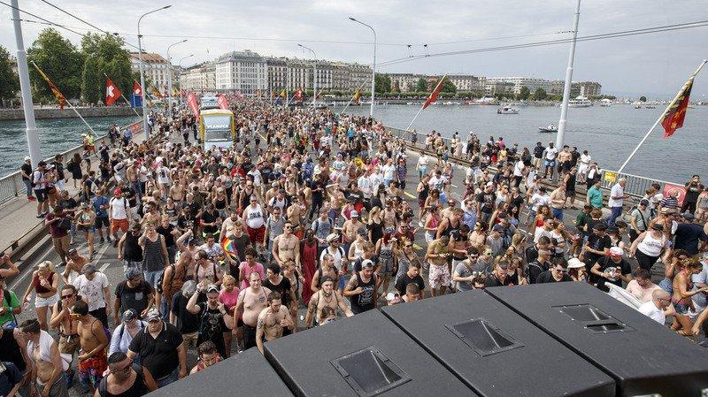 Genève: les chars défilent autour de la rade pour la 20e édition de la Lake Parade