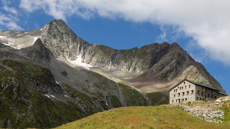 Les alpages et les cabanes du CAS s'équipent de téléphones numériques en s'alliant à Swisscom
