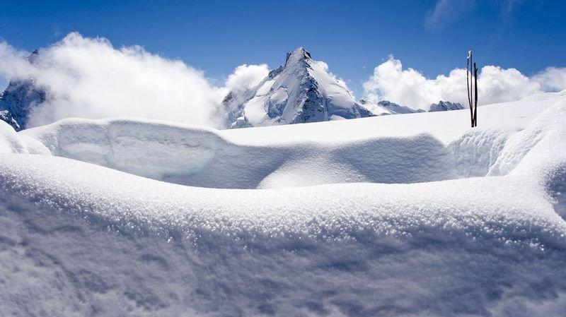 La Dent d'Hérens, situé à la frontière italo-suisse, au-dessus de Zermatt, culmine à 4 171 mètres d'altitude.