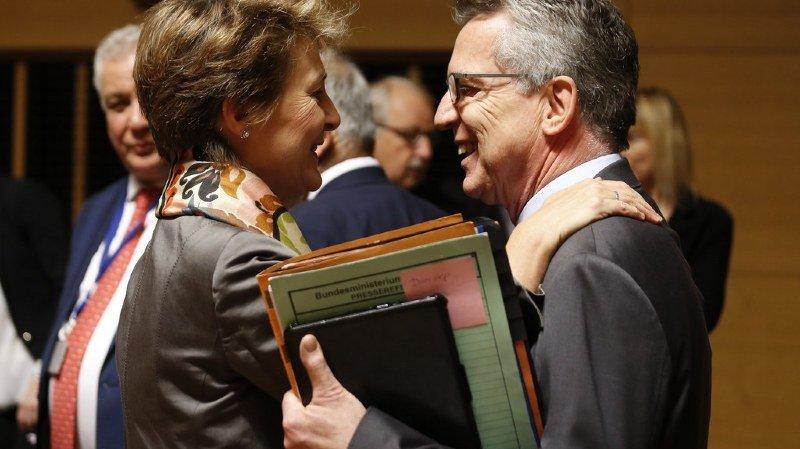 Simonetta Sommaruga, ici avec le ministre allemand de l'intérieur Thomas de Maiziere, est favorable à des contrôles aux frontières plus longs.