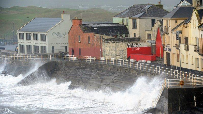 Tempête Ophelia: retour à la normale en Irlande, bilan de trois morts