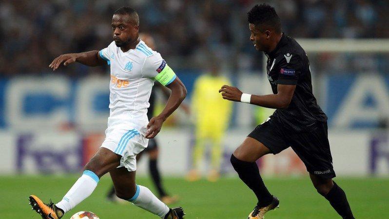 Football: Patrice Evra frappe un de ses supporters avant le match Marseille-Guimaraes, il est expulsé!