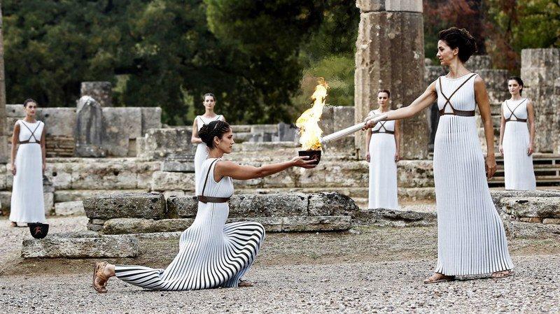 Katerina Lehou (à droite), l'actrice grecque jouant le rôle de la grande prêtresse, a dû s'y reprendre à trois fois pour allumer la première torche du relais au chaudron.