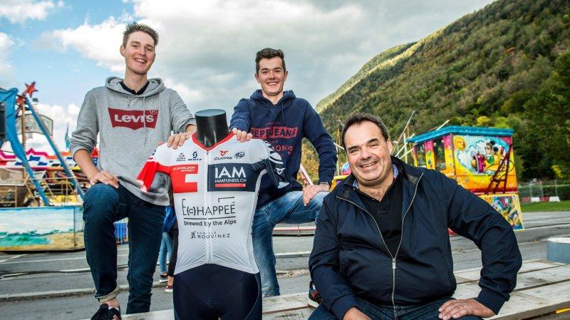 Martin Schäppi et Quentin Guex, deux des coureurs,  et Alexandre Debons,  ancien président, l'un des  directeurs sportifs, posent avec le maillot.
