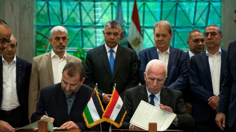 Le chef de la délégation du Fatah, Azzam al-Ahmad (à droite), et le  numéro deux du Hamas, Salah al-Arouri, ont paraphé l'accord.