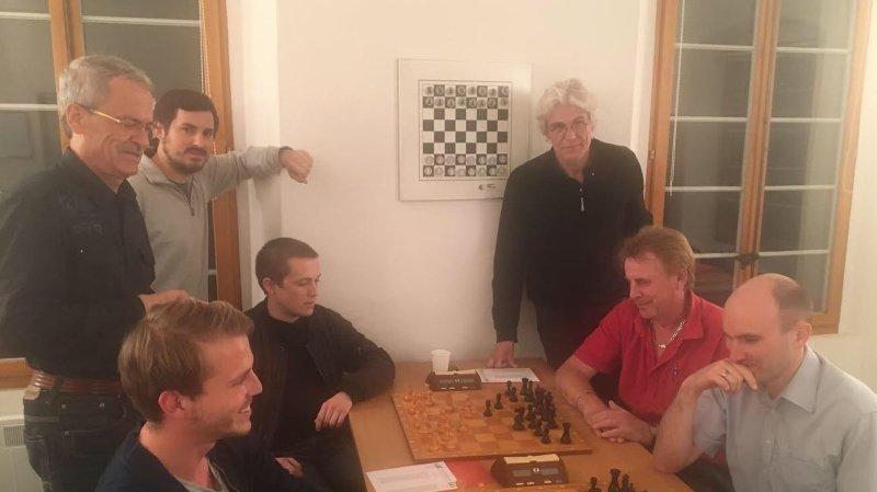 Quelques joueurs du club d'échecs de Sion à l'entraînement. Ils sont promus sur le tapis vert.
