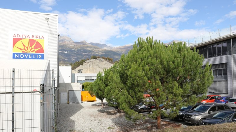 A gauche la fonderie Novelis et sur la droite la partie ouest du Technopôle de Sierre.