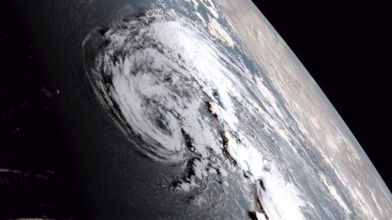 Vue de l'espace, Ophélia se déplace inexorablement vers les côtes.