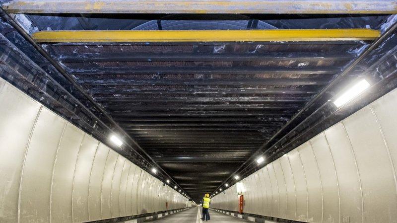 Depuis cette poutrelle jaune, la dalle de ventilation (faux-plafond) doit être assainie sur 1500 mètres.