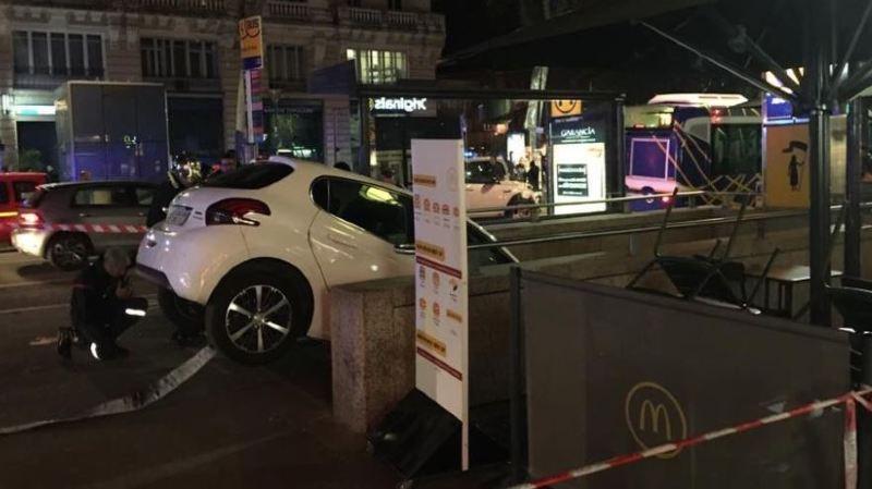 La voiture s'est retrouvée coincée mais n'a fait aucun blessé.