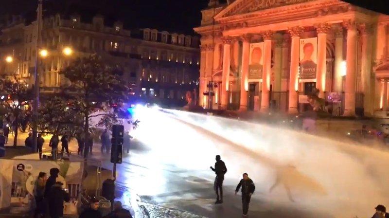 La police antiémeute a recouru notamment au canon à eau pour contrôler une foule d'environ 300 personnes.
