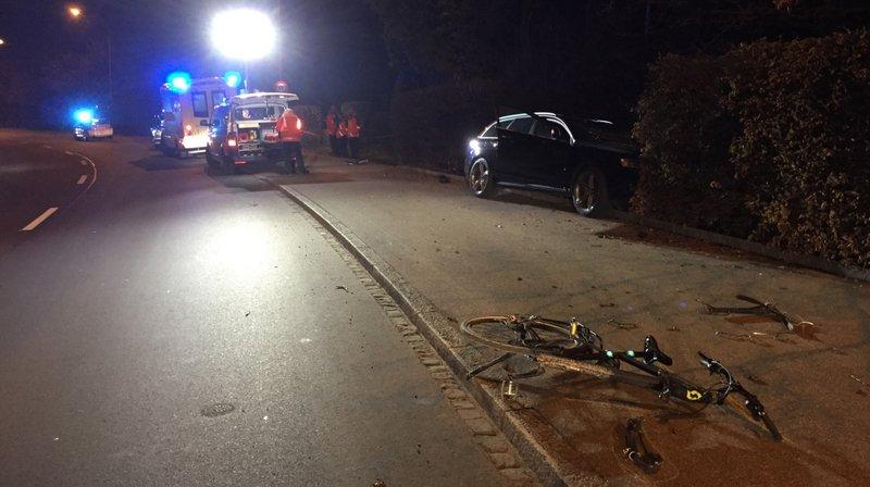 Le cycliste a d'abord été éjecté contre la voiture puis dans un pré, a indiqué la police cantonale St-galloise.