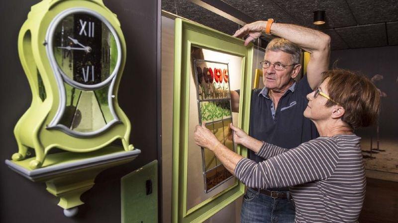 Chantal Wessels installe ses horloges au Crochetan pour la Biennale des métiers d'art et d'artisanat du Valais.