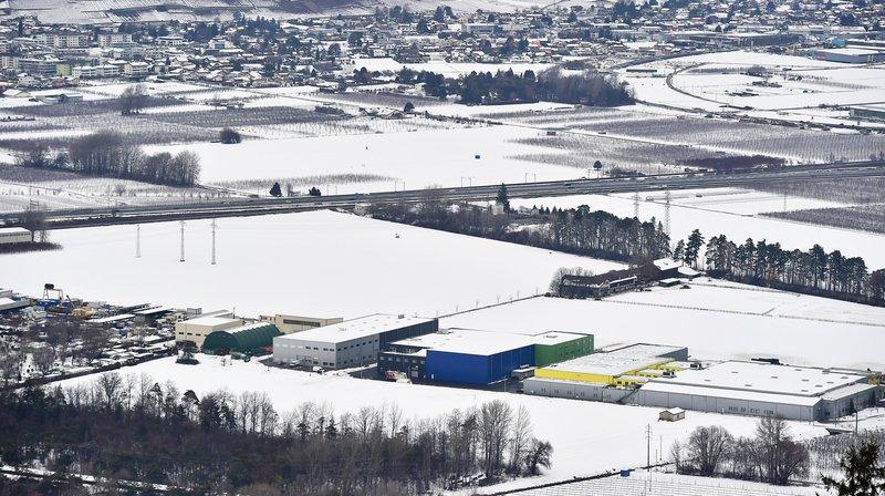 Après avoir quitté l'établissement public de la zone industrielle de Vétroz (à gauche), le jeune homme s'est égaré dans les vergers situés tout à droite.