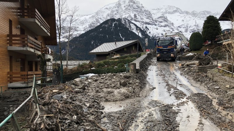 Les gravas et le boue sont progressivement enlevées des routes et chemins du cœur de Champéry.