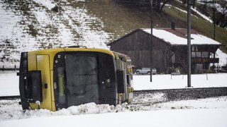 Tempête Eleanor/Burglind: les images impressionnantes du déraillement d'un wagon à La Lenk