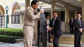 Le Premier ministre thaïlandais utilise un double en carton pour éviter les journalistes