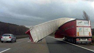 Intempéries: des vents tempétueux perturbent toujours le trafic