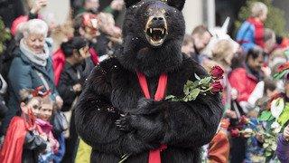 Malgré la pluie, le Carnaval de Berne attire des milliers de fêtards