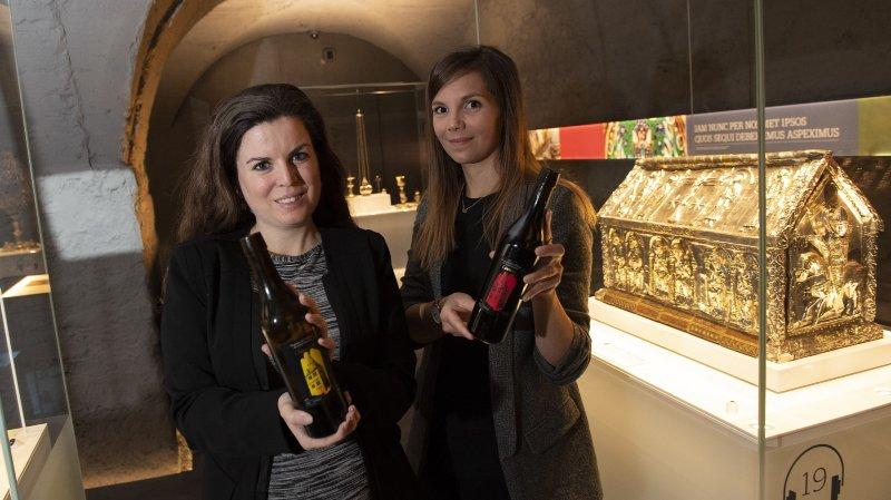 Jennifer Genovese, directrice adjointe du site culturel et patrimonial de l'abbaye (à gauche) et Tiffany Müller, déléguée touristique de Saint-Maurice, présentent deux des quatre crus proposés à la dégustation.