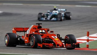 Vettel s'impose devant  les Mercedes