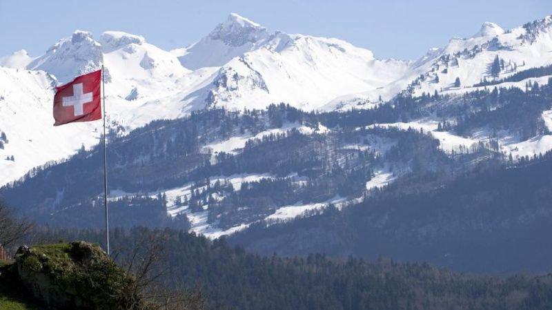 """Un refuge alpin qui """"bouge"""", des parcs nationaux pollués, une facture Swisscom salée,... l'actu suisse vue du reste du monde"""