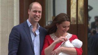 Kate et William présentent leur petit garçon et quittent l'hôpital