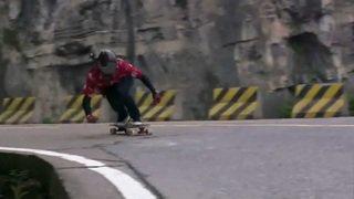 Un jeune Chinois avale 99 virages, à 72 km/h, sur un longboard