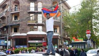 La rue salue le départ de Serge Sarkissian