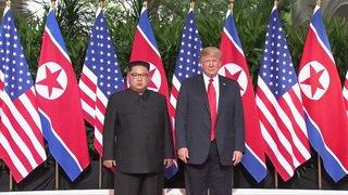 Trump et Kim entament leur sommet par une poignée de main