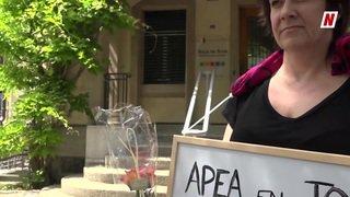 Sion: une maman manifeste devant l'APEA pour faire bouger sa situation
