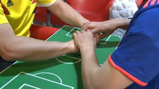 Coupe du monde 2018: il aide son ami sourd et aveugle à suivre les matchs avec ses mains
