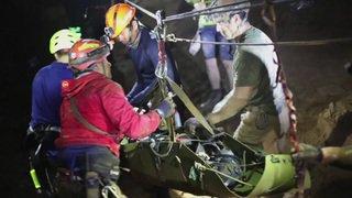 """Sauvetage: enfants thaïs sortis de la grotte """"endormis"""""""