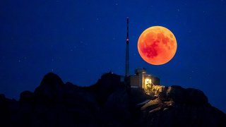 Les plus belles images de l'éclipse totale de Lune à travers le monde