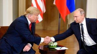 Trump dénigre ses services et prend parti pour Poutine