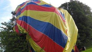 Schwytz: une montgolfière atterrit dans les arbres à Schindellegi