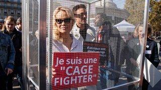 Pamela Anderson enfermée dans une cage, en plein Paris, pour la cause animale