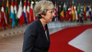 La carotte et le bâton pour Theresa May