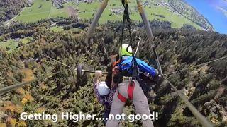 Interlaken: un touriste américain fait un vol de 2 minutes en aile delta simplement pendu par les bras