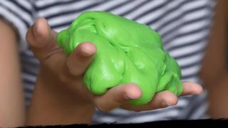 Le slime, jouet très apprécié des enfants et des ados, est-il dangereux pour la santé?
