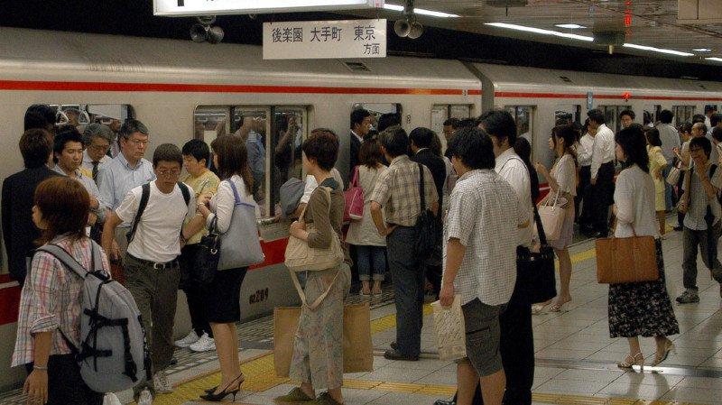 Japon: une compagnie de métro veut réduire l'affluence durant les heures de pointe en offrant de la nourriture