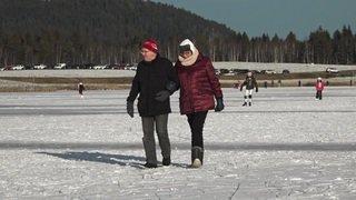 Gelé, le lac des Taillères à la Brévine (NE) réjouit les patineurs