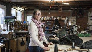 Francine Maret travaille le cuir au quotidien dans sa sellerie à Martigny