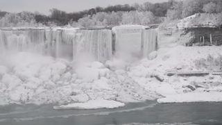 Canada: immaculées et gelées, les chutes du Niagara offrent un spectacle féerique