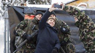 WEF: Viola Amherd rend visite pour la première fois à une troupe à Davos
