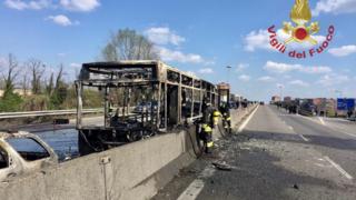 Italie: un chauffeur immobilise un bus scolaire rempli d'enfants et y met le feu
