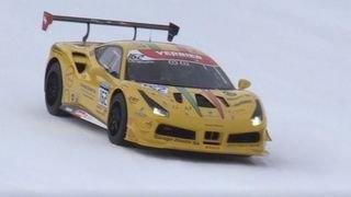 Une Ferrari roule sur les pistes de Verbier