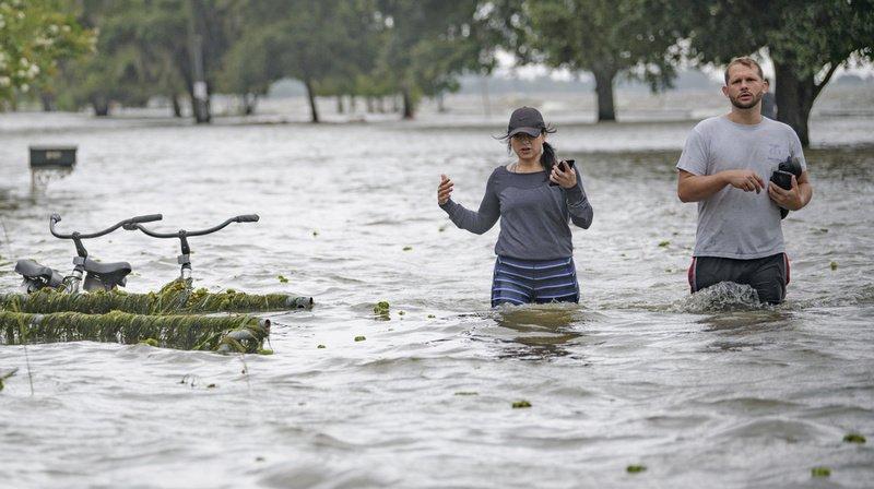 Le souffle de Barry a provoqué une onde qui a fait déborder un lac à Mandeville, en Louisiane.