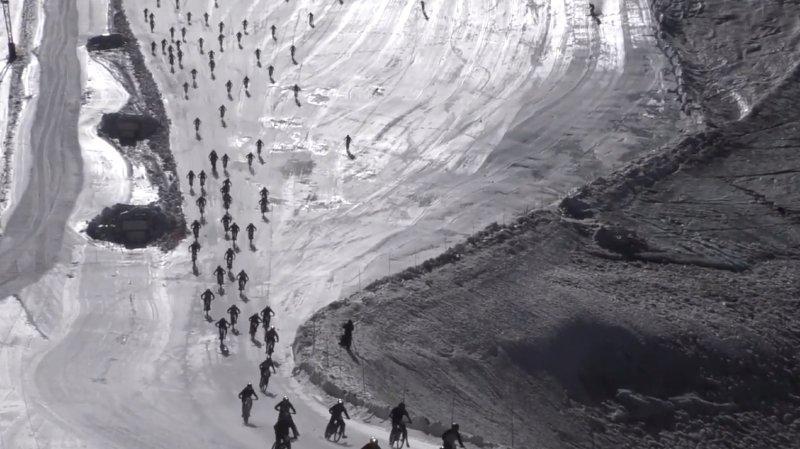 Chute collective spectaculaire de vététistes sur le glacier des Deux Alpes