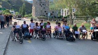 Des personnes en chaise roulante ont manifesté samedi devant l'entrée de Sion sous les étoiles